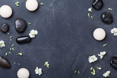 Zusammensetzung für Aromatherapie oder Badekurort verzierte Blumen auf Draufsicht des schwarzen Steinhintergrundes Schönheitsbeha stockfoto