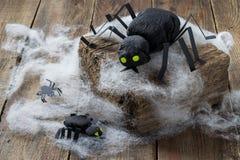 Zusammensetzung für Halloween: schwarze Spinnen gemacht vom Papier Lizenzfreies Stockbild