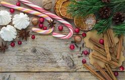 Zusammensetzung für Weihnachten und neues Jahr - Gewürze, Bonbons und Nüsse Stockbilder