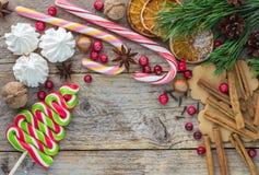 Zusammensetzung für Weihnachten und neues Jahr - Gewürze, Bonbons und Nüsse Lizenzfreie Stockfotografie