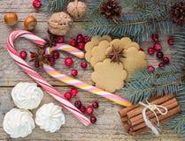 Zusammensetzung für Weihnachten und neues Jahr - Gewürze, Bonbons und Nüsse Stockfoto