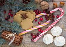 Zusammensetzung für Weihnachten und neues Jahr - Gewürze, Bonbons und Nüsse Stockfotos