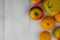 Zusammensetzung gesunden Detoxsaft Smoothie Gesundes Gemüse und Früchte lizenzfreie stockfotos