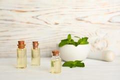 Zusammensetzung mit ätherischem Öl in den Glasflaschen stockfotografie