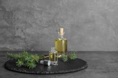 Zusammensetzung mit ätherischem Öl in den Glasflaschen auf Tabelle lizenzfreie stockfotografie