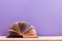Zusammensetzung mit altem gebundenem Buch der Weinlese bucht, Tagebuch, aufgelockerte Seiten Lizenzfreies Stockbild