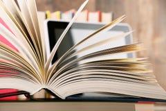Zusammensetzung mit Büchern und Tablet-Computer auf dem Tisch Lizenzfreies Stockfoto