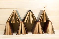 Zusammensetzung mit Buch des gebundenen Buches auf dem Tisch Zurück zu Schule kopieren Sie Raum Scheren und Bleistifte auf dem Hi Stockfotografie