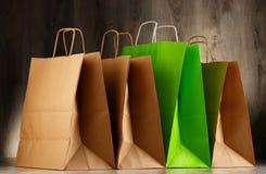 Zusammensetzung mit bunten Papiereinkaufstaschen Lizenzfreies Stockfoto