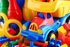 Zusammensetzung mit bunten Plastikkinderspielwaren Stockbilder