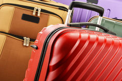 Zusammensetzung mit bunten Reisekoffern Stockfotos