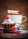 Zusammensetzung mit dem Fruchtkuchen verziert mit Himbeere und Flagge, VE Stockfotografie