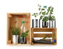 Zusammensetzung mit den Dosen und Flaschen benutzt als Behälter lizenzfreie stockbilder