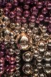 Zusammensetzung mit den silbernen und rosa Weihnachtsbällen Stockfoto