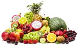Zusammensetzung mit den sortierten Früchten lokalisiert auf weißem Hintergrund mit Beschneidungspfad lizenzfreie stockfotografie