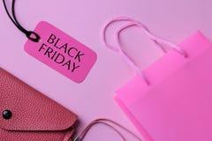 Zusammensetzung mit einem Paket für Käufe schürzen und Preis mit dem Aufschriftschwarzen Freitag Einkaufen lizenzfreies stockbild