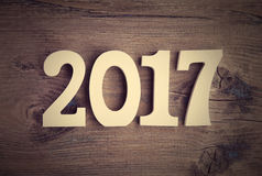 Zusammensetzung mit einer hölzernen Nr. 2017 als Symbol des kommenden neuen Jahres Guten Rutsch ins Neue Jahr-Konzept auf einem r Stockbild