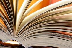 Zusammensetzung mit gebundenen Büchern in der Bibliothek Lizenzfreies Stockbild