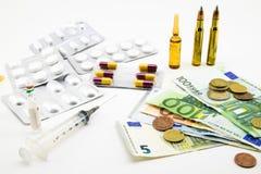 Zusammensetzung mit Geld, Kugeln, Drogen Stockbilder