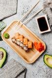 Zusammensetzung mit geschmackvollen Sushi lizenzfreie stockfotos
