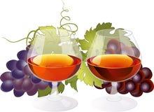 Zusammensetzung mit Gläsern Weinbrand und Trauben Stockbild