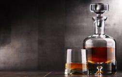 Zusammensetzung mit Glas und Karaffe Schnaps lizenzfreie stockfotos