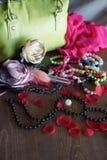 Zusammensetzung mit grüner Tasche und Perlen Stockfotos