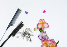 Zusammensetzung mit Haarwerkzeugen und -blumen Lizenzfreie Stockfotografie