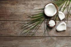 Zusammensetzung mit Kokosnussöl auf hölzernem Hintergrund, Draufsicht Gesundes Kochen stockfoto