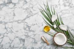 Zusammensetzung mit Kokosnussöl auf Marmortabelle, Draufsicht Gesundes Kochen lizenzfreie stockfotos