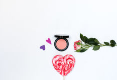 Zusammensetzung mit Make-upkosmetik und -blumen auf weißem Hintergrund Stockbild