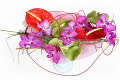 Zusammensetzung mit Orchideen und Floristenblütenschweif Stockfotos