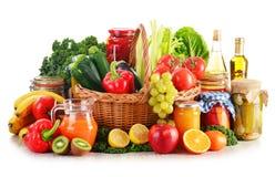 Zusammensetzung mit organischem Gemüse und Früchten der Vielzahl in der Flechtweide Lizenzfreies Stockbild