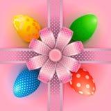 Zusammensetzung mit Ostereiern und ein Bogen mit einem Fadenkreuze des dekorativen Bandes auf einem rosa Hintergrund lizenzfreie abbildung