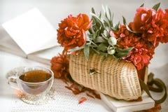 Zusammensetzung mit schönen frischen Blumen stockfoto