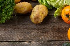 Zusammensetzung mit sortiertem rohem organischem Gemüse Lizenzfreie Stockfotografie