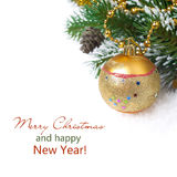 Zusammensetzung mit Tannenzweigen, Kiefernkegeln und Weihnachtsball Stockfoto