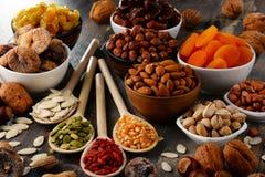 Zusammensetzung mit Trockenfrüchten und sortierten Nüssen Stockfotos