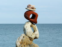 Zusammensetzung mit unterschiedlichen Steinen und Meer Stockfotografie