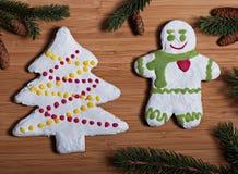 Zusammensetzung neues Jahr ` s von Keksen und von Tannenzweigen auf einem hölzernen Hintergrund Stockfoto