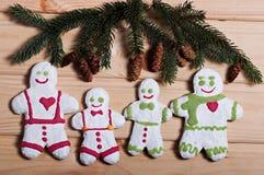 Zusammensetzung neues Jahr ` s von Keksen und von Tannenzweigen auf einem hölzernen Hintergrund Stockfotos