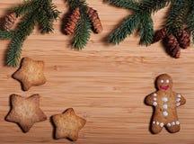 Zusammensetzung neues Jahr ` s von Keksen und von Tannenzweigen auf einem hölzernen Hintergrund Lizenzfreie Stockfotografie