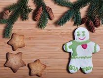 Zusammensetzung neues Jahr ` s von Keksen und von Tannenzweigen auf einem hölzernen Hintergrund Lizenzfreies Stockbild