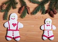 Zusammensetzung neues Jahr ` s von Keksen und von Tannenzweigen auf einem hölzernen Hintergrund Stockbild