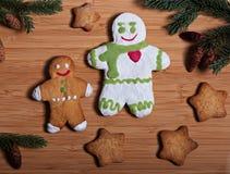 Zusammensetzung neues Jahr ` s von Keksen und von Tannenzweigen auf einem hölzernen Hintergrund Lizenzfreies Stockfoto