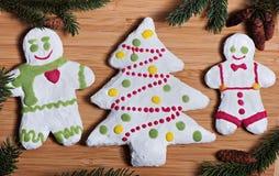 Zusammensetzung neues Jahr ` s von Keksen und von Tannenzweigen auf einem hölzernen Hintergrund Stockfotografie