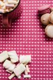 Zusammensetzung vom Latte, von den Makronen und vom Eibisch Stockfotografie