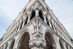 Zusammensetzung von Adam und von Eva auf der Fassade des Palastes des Dogen Stockbild