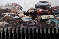 Zusammensetzung von Bierflaschen und zerschmetterte Autos der Kram und Schrott, die auf der Schmutzhintergrunddarstellung ruinier stockfoto