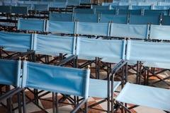 Zusammensetzung von blauen Segeltuchklappstühlen Lizenzfreie Stockbilder